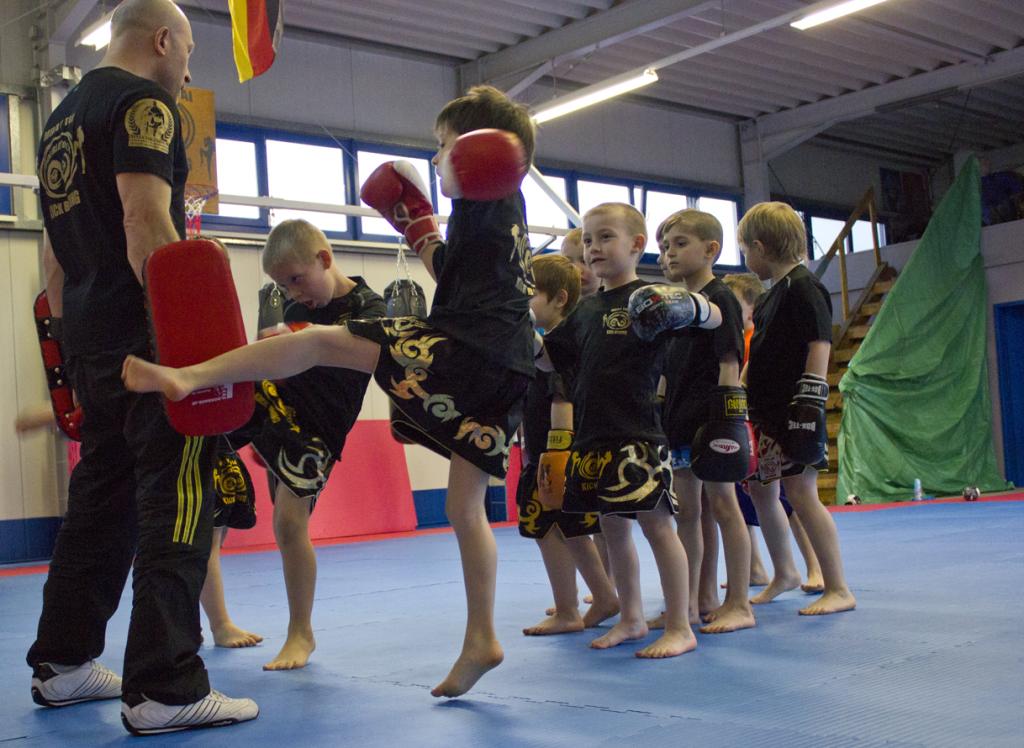 Kinder trainieren Tritttechniken