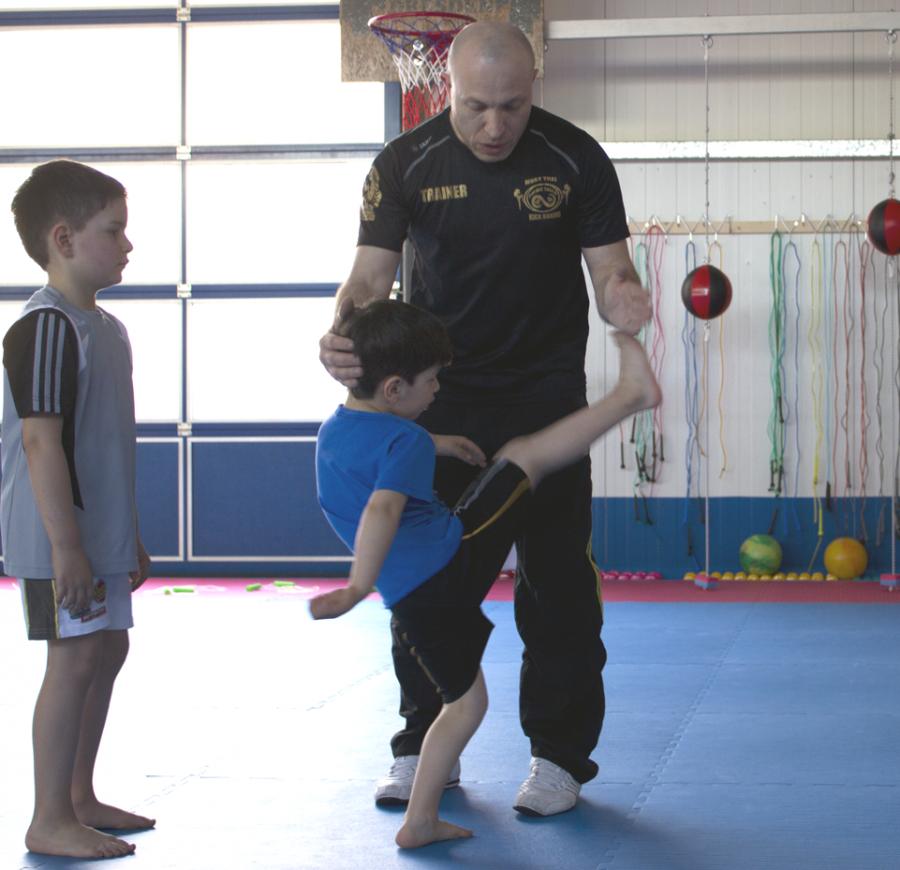 Klein Kinder trainieren High Kick