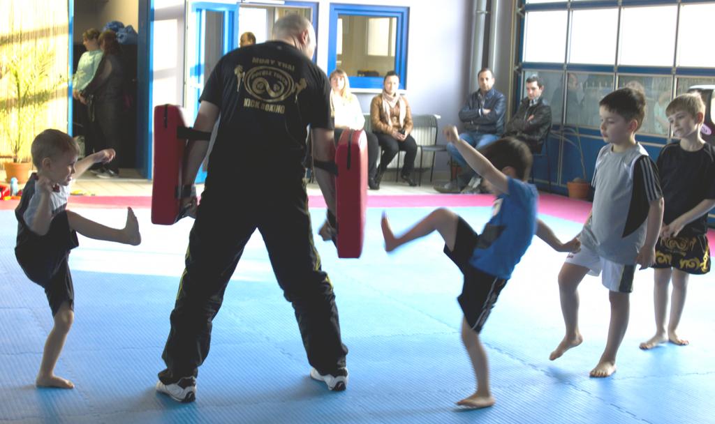 Kleine Kinder trainieren Tritttechniken