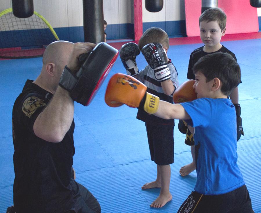 Kleinkinder trainieren Schlagtechnicken