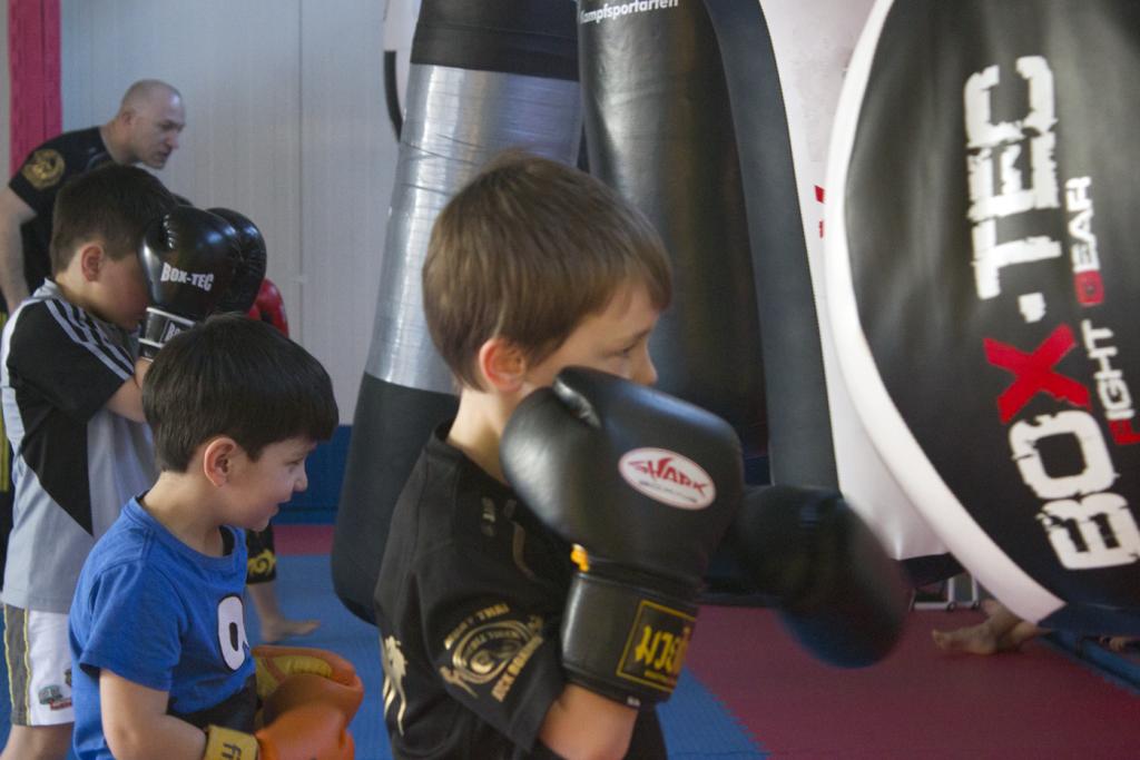 Training am Sandsack für Kleinkinder