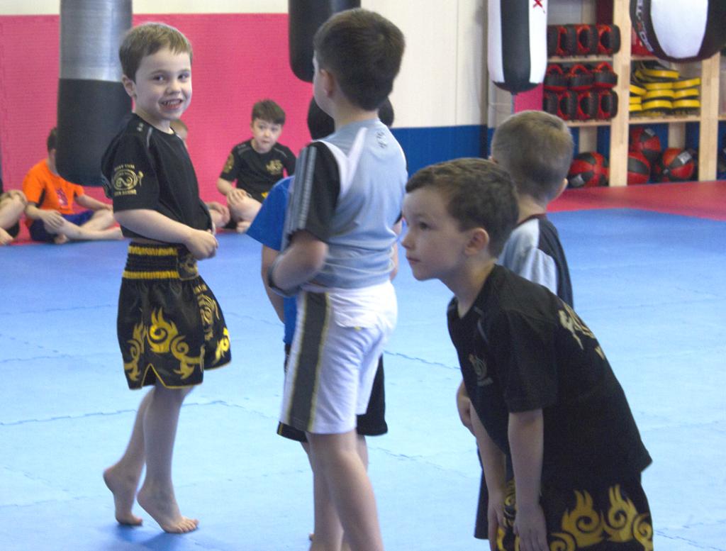 Glückliche Kleinkinder nach dem Kampfsporttraining